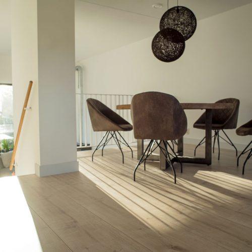 Geef je woning een ruimtelijk effect met breed laminaat vloer