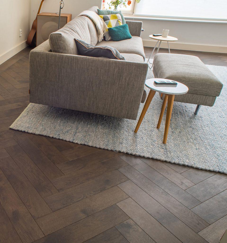 Floer-Eiken-Visgraat-Parket-Vloeren-Carbon-Zwart-Geolied- Hoe creëer je een modern interieur?