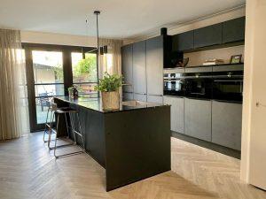 Floer-Visgraat-PVC-zwarte-keuken-Cremewit-Eiken-keuken-zwart