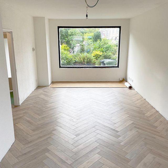 Floer-Visgraat-Click-PVC-Rijn-Gerookt-Wit-woonkamer Een Visgraat Click PVC vloer leggen, hoe doe je dat?