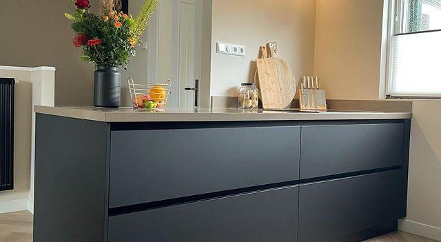 Floer-Walvisgraat-PVC-Orka-Onbehandeld-zwarte-keuken-zwart